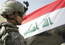 <p>Американский солдат стоит рядом с флагом Ирака в Багдаде 1 января 2009 года. Ирак проведет выборы в парламент 6 марта 2010 года, избежав вакуума власти и позволив США вывести войска к 2012 году. REUTERS/Basim Shati</p>