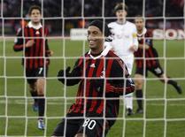 <p>Ronaldinho Gaúcho (c), do Milan, comemora após converter um pênalti durante jogo contra o Zurich pela Liga dos Campeões, nesta terça-feira. REUTERS/Arnd Wiegmann</p>