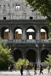 <p>Turisti davanti al Colosseo. REUTERS/Alessia Pierdomenico</p>