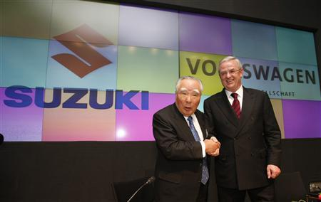 Volkswagen AG's Chief Executive Officer Martin Winterkorn (R) shakes hands with Suzuki Motor Corp Chairman and Chief Executive Officer Osamu Suzuki during their joint news conference in Tokyo December 9, 2009. REUTERS/Issei Kato