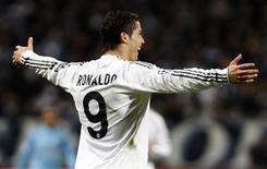 <p>Cristiano Ronaldo mostrou que está de volta ao melhor de sua forma ao comandar o Real Madrid na vitória de terça-feira por 3 x 1 sobre o Olympique de Marselha, no dia 8 de dezembro de 2009. REUTERS/Jean-Paul Pelissier</p>