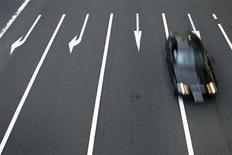 <p>A vehicle drives on a road in Tokyo July 12, 2009. REUTERS/Stringer</p>
