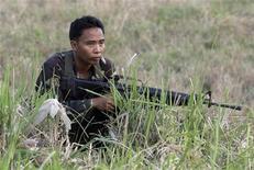 <p>Солдат филиппинской армии во время спецоперации на юге страны 7 декабря 2009 года. По меньшей мере 55 детей и учителей были взяты в заложники в четверг на юге Филиппин в результате нападения вооруженных бандитов на начальную школу, сообщили местные власти. REUTERS/Erik de Castro</p>