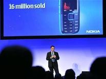 <p>El presidente ejecutivo de Nokia, Olli-Pekka Kallasvuo, habla en un evento en Espoo, Finlandia, 2 dic 2009. El mayor fabricante de móviles del mundo, Nokia, está preparando el lanzamiento de un nuevo teléfono con características especiales para escuchar música, según mostraron el viernes fotos colgadas en la página de internet de la compañía. REUTERS/Lehtikuva/ Pekka Sakki</p>