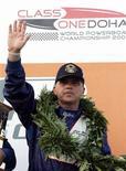 <p>الفرنسي جان مارك سانشيز يحتفل بفوزه بجائزة قطر الكبرى في ميناء الدوحة يوم 17 نوفمبر تشرين الثاني 2007. تصوير: محمد يوسف - رويترز</p>