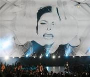 <p>Janet Jackson (R) performs during a tribute to Michael Jackson at the 2009 MTV Video Music Awards in New York, September 13, 2009. REUTERS/Gary Hershorn</p>
