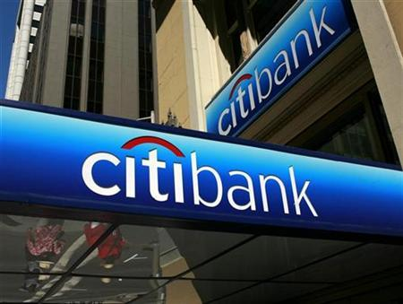 People walk beneath a Citibank branch logo in the financial district of San Francisco, California July 17, 2009. REUTERS/Robert Galbraith (UNITED STATES BUSINESS)