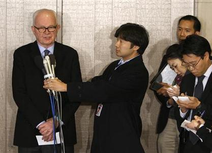 U.S. special envoy to North Korea Stephen Bosworth speaks to reporters at a hotel in Tokyo December 13, 2009. REUTERS/Yuriko Nakao