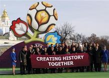 <p>Представители Украины, Польши и УЕФА на презентации логотипа чемпионата Европы 2012 года в Киеве 14 декабря 2009 года. Логотип чемпионата Европы по футболу 2012 года, проводимого совместно Польшей и Украиной, был представлен в понедельник в Киеве. REUTERS/Gleb Garanich</p>