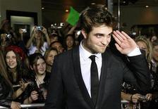 """<p>El actor Robert Pattinson posa en el estreno de """"The Twilight Saga: New Moon"""" en Los Angeles, 16 nov 2009. La película """"The Twilight Saga: New Moon"""" completó su cuarta semana consecutiva en el primer lugar de la taquilla internacional, pero perdería su corona la próxima semana con el estreno mundial del filme de ciencia ficción """"Avatar"""", del director James Cameron. La película romántica de vampiros recaudó 22,3 millones de dólares en 66 mercados, elevando su total internacional a 358,7 millones de dólares. REUTERS/Fred Prouser/Archivo</p>"""