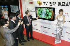 <p>Le président de LG Electronics, Paik Woo-hyun (3e à droite) lors de la présentation d'un téléviseur 3D, à Séoul. Le groupe sud-coréen s'est fixé un objectif ambitieux de ventes de 400.000 téléviseurs 3D en 2010 et 3,4 millions en 2011, et s'apprête à lancer une gamme destinée au grand public. /Photo prise le 15 décembre 2009/REUTERS/Choi Bu-Seok</p>