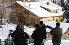 """<p>Miembros de la prensa frente del chalet 'Milky Way' del cineasta Roman Polanski en el centro turístico suizo de Gstaad, 6 dic 2009. La nueva película del director Roman Polanski, """"The Ghost Writer"""", participará en la competencia del Festival de Cine de Berlín en febrero, dijeron el martes los organizadores. El ganador del Oscar nacido en Francia se encuentra bajo arresto domiciliario en Suiza tras ser detenido en septiembre debido a cargos que enfrenta por haber tenido sexo con un niña de 13 años en Estados Unidos en 1977. REUTERS/Arnd Wiegmann</p>"""