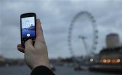<p>La sortie d'un téléphone mobile sous sa propre marque pourrait mettre en péril la stratégie de Google qui va ainsi concurrencer frontalement les fabricants de combinés utilisant son propre système d'exploitation Android, estiment des analystes. /Photo prise le 7 décembre 2009/REUTERS/Andrew Winning</p>