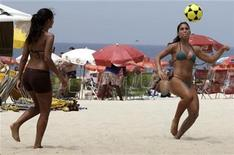 <p>Beach-goers play with a soccer ball on Ipanema beach in Rio de Janeiro November 22, 2009. REUTERS/Sergio Moraes</p>