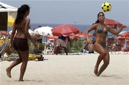 Beach-goers play with a soccer ball on Ipanema beach in Rio de Janeiro November 22, 2009. REUTERS/Sergio Moraes
