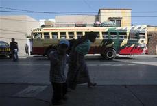 """<p>A Guatemala City, mi-novembre. Les redoutables """"maras"""" (ou gangs de rue) qui rançonnent les opérateurs de bus au Guatemala exigent ce mois-ci de leurs victimes une """"prime de Noël"""" équivalant à 50% du butin habituel. /Photo prise le 13 novembre 2009/REUTERS/Daniel LeClair</p>"""