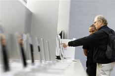 <p>Après trois trimestres consécutifs de repli, les ventes mondiales d'ordinateurs ont rebondi de 2,3% au troisième trimestre et devraient connaître une croissance à deux chiffres en 2010, selon le cabinet spécialisé IDC. /Photo d'archives/REUTERS/Lucas Jackson</p>