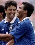 <p>Romário e Bebeto vão reeditar fora de campo em 2010 no América-RJ a dupla campeã mundial com o Brasil em 1994 no Estados Unidos. Na foto de arquivo, Bebeto e Romário comemoram um gol nas quartas de final da Copa do Mundo de 1998. Andre Camera/REUTERS</p>