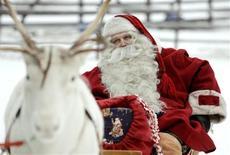 <p>Le père Noël doit perdre du poids et changer de mode de vie car il donne un mauvais exemple aux enfants, affirme le médecin australien Nathan Grills dans l'édition de Noël du British Medical Journal. /Photo d'archives/REUTERS/Kacper Pempel</p>