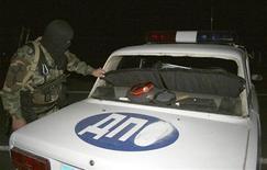 <p>Сотрудник правоохранительных органов осматривает машину ДПС после взрыва в Назрани 11 сентября 2009 года. В результате двух нападений на силовиков в Ингушетии в четверг погибли двое сотрудников правоохранительных органов, 18 человек получили ранения. REUTERS/Mikhail Kkhalidov (RUSSIA DISASTER IMAGES OF THE DAY)</p>