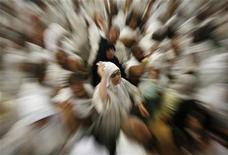 <p>Muslim pilgrims cast stones at a pillar symbolizing Satan in Mena December 8, 2008. REUTERS/Ahmed Jadallah</p>