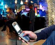 <p>Virgin Mobile a amélioré sa rentabilité depuis l'été grâce à la montée en gamme de ses forfaits et la société compte résorber sa perte opérationnelle dès 2010, a déclaré son P-DG, Geoffroy Roux de Bézieux, dans une interview à Reuters. /Photo d'archives/REUTERS/Daniele La Monaca</p>