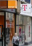 <p>Le projet de fusion des activités britanniques des opérateurs Orange (groupe France Télécom) et T-Mobile (Deutsche Telekom) pourrait entraver la concurrence et nuire aux consommateurs, a estimé l'Ofcom, l'organisme de régulation du secteur. /Photo prise le 8 septembre 2009/REUTERS/Darren Staples</p>