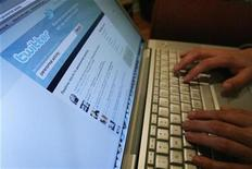 """<p>El sitio de microblogs Twitter dijo que los accesos a su sistema se vieron temporalmente """"comprometidos"""" el jueves por la noche, pero que el problema se arregló posteriormente. Twitter.com fue redireccionado durante un rato, pero algunas aplicaciones estaban funcionando, dijo la compañía en su blog. REUTERS/Mario Anzuoni</p>"""