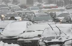 <p>Автомобили в пробке во время снегопада в Москве 21 декабря 2009 года. В середине недели в Москве ожидается потепление, прогнозируют синоптики российского Гидрометцентра. REUTERS/Sergei Karpukhin</p>