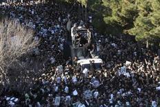 <p>Opositores del máximo clérigo disidente de Irán, el gran ayatolá Hossein Ali Montazeri, durante su funeral en la ciudad sagrada de Qom, al Sur de Teherán, dic 21 2009. Opositores del máximo clérigo disidente de Irán, el gran ayatolá Hossein Ali Montazeri, interrumpieron el lunes su funeral durante una tumultuosa jornada en Qom, una ciudad sagrada donde se produjeron protestas y hubo algunos disparos, dijeron páginas web. REUTERS/via Your View</p>
