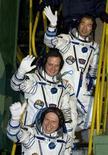 <p>L'equipaggio composto dal russo Oleg Kotov (dal basso), dall'americano Timothy J. Creamer e dal giapponese Soichi Noguchi in partenza per la Stazione spaziale internazionale (Iss) dal cosmodromo di Baikonur. REUTERS/Shamil Zhumatov</p>