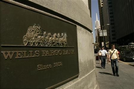 A pedestrian walks past a Wells Fargo & Co bank in San Francisco, California, April 22, 2009. REUTERS/Robert Galbraith