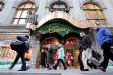 <p>Foto de archivo de la entrada de la tienda World of Disney en Nueva York, ene 19 2006. Walt Disney propuso como miembro de su directorio a la presidenta de operaciones de Facebook, en un intento para que la compañía llegue al mundo más joven de las redes sociales en internet. REUTERS/Keith Bedford</p>