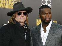 """<p>El actor Val Kilmer (izq) y el rapero Curtis """"50 Cent"""" Jackson en los premios American Music 2009 en Los Angeles, 22 nov 2009. El rapero 50 Cent y el actor Val Kilmer protagonizarán """"Gun"""", un drama ambientado en el mundo del narcotráfico. La filmación del proyecto independiente, basado en una historia original de 50 Cent, comenzará dentro de poco en Grand Rapids, Michigan, bajo la dirección de Jessy Terrero (""""Soul Plane""""). REUTERS/Danny Moloshok/Archivo</p>"""