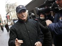 <p>Bernard Madoff circondato dagli operatori dei media a New York, prima di essere incarcerato. REUTERS/Shannon Stapleton/Files</p>
