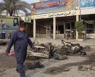 <p>عراقي بموقع هجوم جنوب بغداد يوم الخميس - رويترز</p>