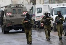 <p>Soldati israeliani durante un raid oggi a Nablus. REUTERS/Abed Omar Qusini</p>