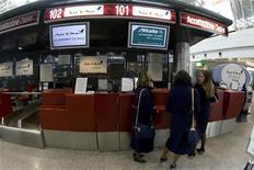 <p>Un banco check-in a Fiumicino. REUTERS/Alessandro Bianchi</p>