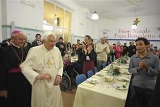 <p>Papa Benedetto XVI alla mensa di Sant'Egidio a Roma. REUTERS/Osservatore Romano</p>