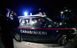 <p>Un'immagine d'archivio di un'auto dei Carabinieri. REUTERS/Leonard Foeger</p>