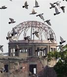 <p>Foto arquivo mostra a Cúpula da Bomba Atômica de Hiroshima no dia 6 de agosto de 2005, data do 60o. aniversário do ataque de bomba atômica na cidade. A proposta conjunta de Hiroshima e Nagasaki para sediar as Olimpíadas de 2020 foi rejeitada pela Comissão dos Jogos Olímpicos do Japão. REUTERS/Eriko Sugita ES/KI</p>