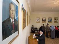 <p>Житель Узбекистана опускает бюллетень в урну на избирательном участке в Ташкенте 27 декабря 2009 года. Состоявшиеся в воскресенье парламентские выборы в Узбекистане не преподнесли сюрпризов: при апатии избирателей, отсутствии оппозиции и критических голосов извне ставленники авторитарных властей получат все места в нижней палате законодателей. REUTERS/Shamil Zhumatov</p>