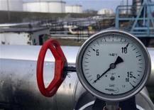 """<p>Датчик давления на нефтепроводе """"Дружба"""" в венгерском городе Сазхаломбатта 9 января 2007 года. Перед Европой вновь встает призрак холодной зимы без российской нефти - проводимая Россией энергетическая политика не только привела к обострению отношений с транзитными государствами, но и ставит под удар традиционных потребителей Urals. REUTERS/Laszlo Balogh</p>"""