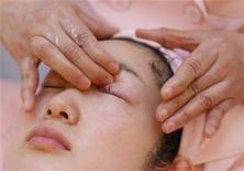 <p>A japanese beauty expert demonstrates her skills at her salon in Tokyo March 2, 2009. REUTERS/Yuriko Nakao</p>