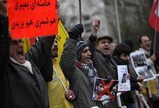 <p>Демонстранты кричат лозунги в поддержку оппозиции Ирана у посольства страны в Берлине 28 декабря 2009 года. Десятки тысяч сторонников властей Ирана объединились во вторник, требуя наказать лидеров оппозиции за беспорядки, сообщили государственные СМИ. REUTERS/Pawel Kopczynski</p>