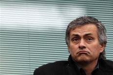 <p>Ex-técnico do Chelsea José Mourinho acompanha da arquibancada do Stamford Bridge a partida entre Chelsea e Fullham pelo Campeonato Inglês na segunda-feira. O treinador disse que pretende retornar ao futebol inglês e sinalizou que pode assumir uma equipe do Campeonato Inglês na próxima temporada. REUTERS/Stefan Wermuth</p>