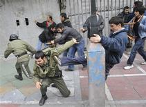 <p>Iranian opposition supporters beat police forces during clashes in central Tehran December 27, 2009. REUTERS/Stringer</p>