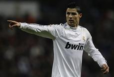 <p>Cristiano Ronaldo gesticula durante partida contra o Zaragoza, em Madri. Os torcedores do Real Madrid não incentivam a equipe quando o time está jogando mal e deveriam colocar a equipe adversária sob pressão como faz a torcida do Manchester United, de acordo com o atacante Cristiano Ronaldo.19/12/2009.REUTERS/Juan Medina</p>