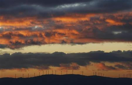 Wind turbines are silhouetted against the sky at sunset near the town of La Maya in the northern Spanish region of Salamanca December 12, 2006. REUTERS/Susana Vera