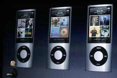 <p>Steve Jobs fala sobre o novo iPod Nano, em San Francisco. Um tribunal federal rejeitou na quarta-feira um processo que tentava culpar a Apple por possível perda auditiva causada por seu tocador iPod.09/09/2009.REUTERS/Robert Galbraith</p>